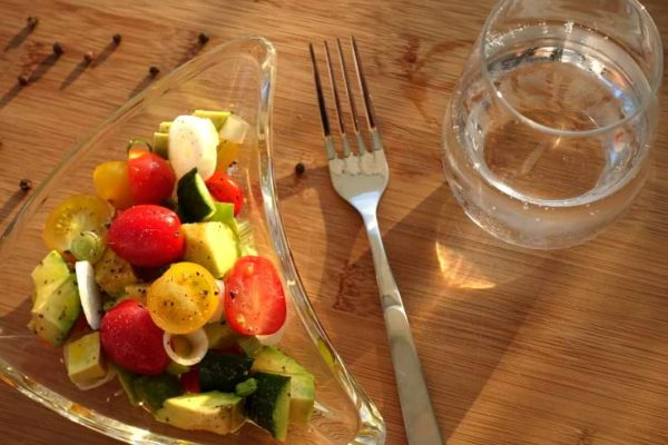 Tomatensalat mit Avocado Low Carb Gericht